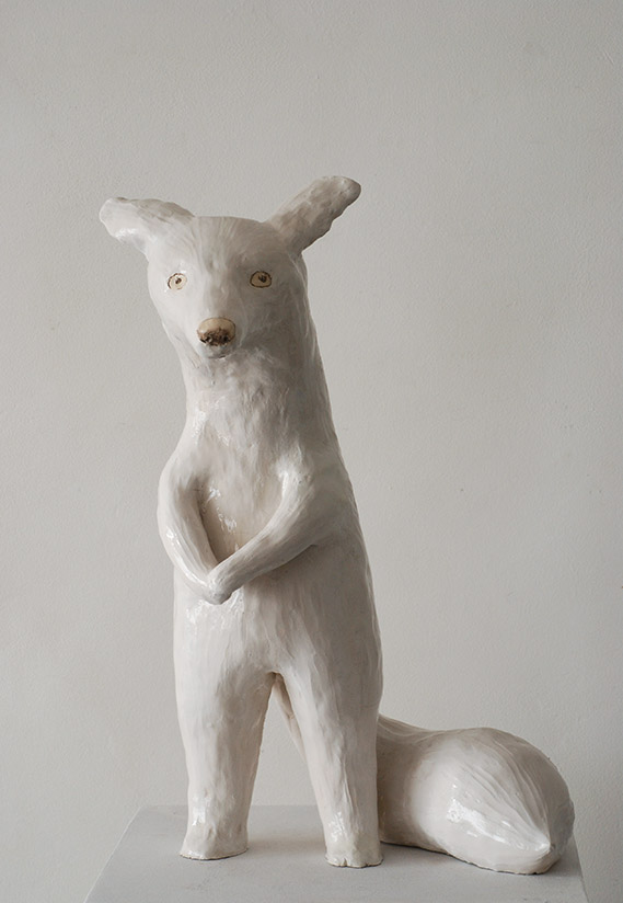 Renard blanc faience emaillee 32x48x51cm